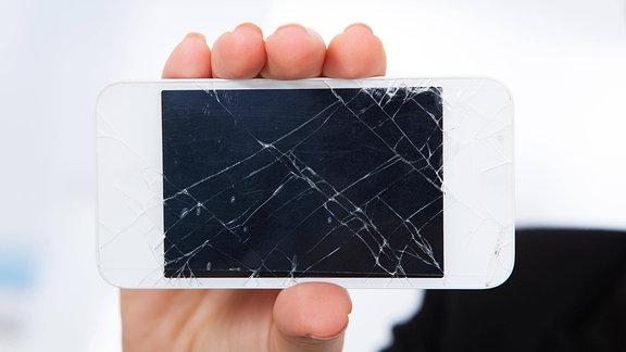 Smartphone mit gesprungenem Glas