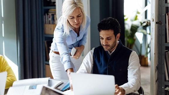 Mann und Frau arbeiten gemeinsam am Laptop
