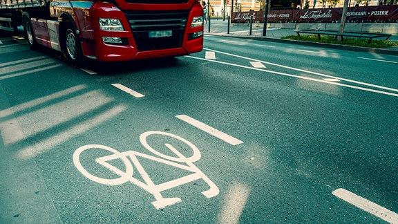 ein Lkw neben einem Fahrradweg in der Stadt