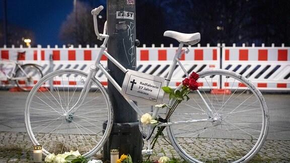 Ein weiß lackiertes Geisterfahrrad, das an die getötete Radfahrerin erinnern soll.