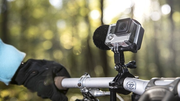 Action Cam am Lenker eines Mountainbikes