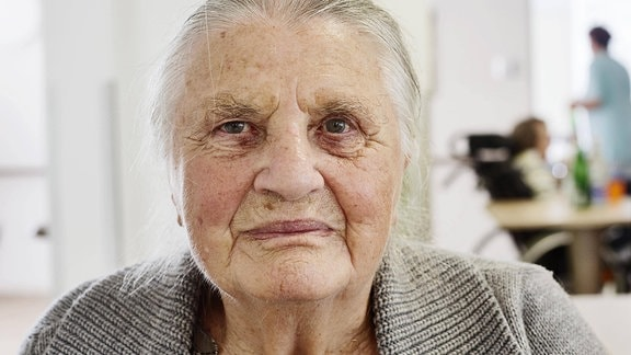 Eine alte Frau in ein einem Pflegeheim