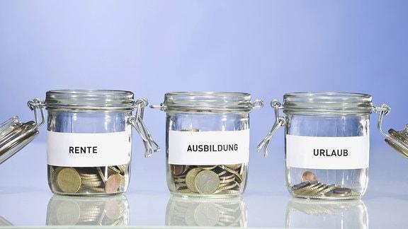 3 Gläser mit Geld, Rente, Ausbildung und Urlaub