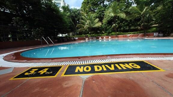 """Aufschrift """"No Diving"""" am Rande eines Hotelpools"""