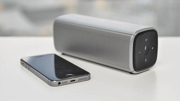 Ein Bluetooth-Lautsprecher und ein Smartphone.
