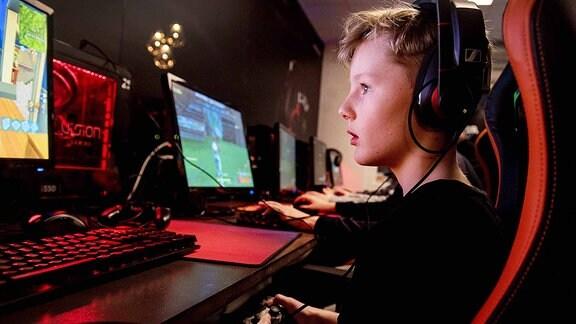 Jugendlicher spielt Fortnite.