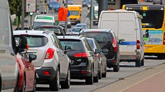 Autos in stockendem Verkehr