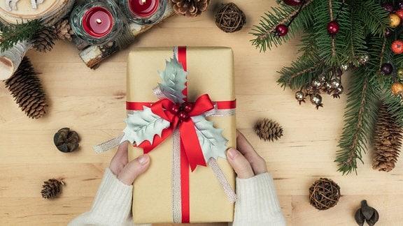 Weihnachtsdeko und weihnachtlich verpacktes Geschenk