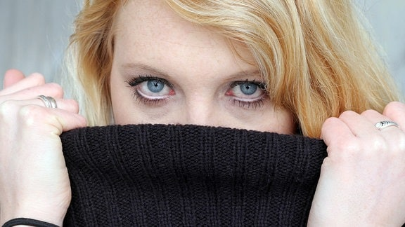 Eine Frau mit geröteten Augen