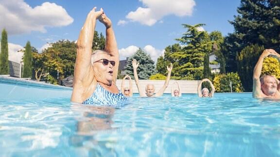 Eine Gruppe Senioren beim Aqua Aerobic