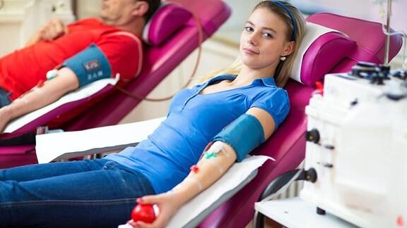 Junge Frau spendet Blut