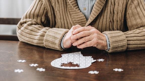 Ein Mann mit einem Puzzle