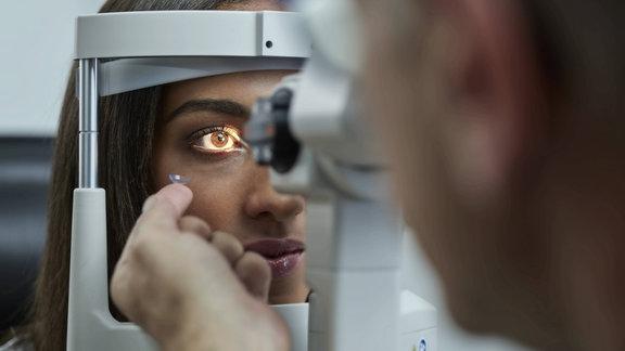 Frau bei der Untersuchung beim Optiker, Symbolfoto