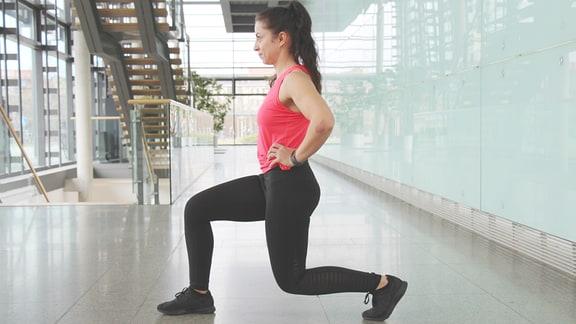 Sabine Schön führt Sportübungen vor