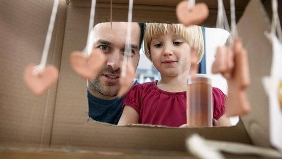 Vater und Tochter beim Basteln