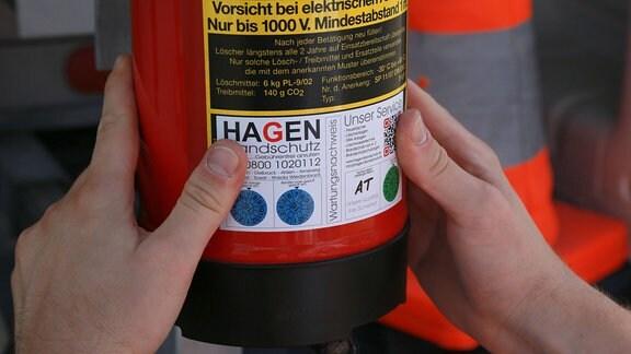 Wartung eines Feuerlöschers durch einen Brandschutzingenieur
