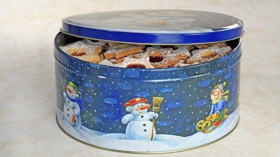 Halb geöffnete Keksdose mit Weihnachtsplätzchen