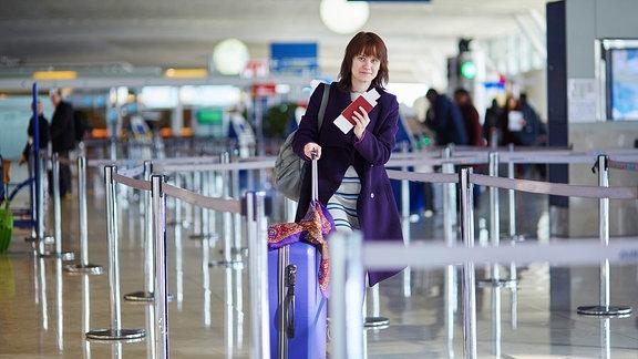 Eine einsame Frau läuft verloren im Flughafen Richtung Ausgang