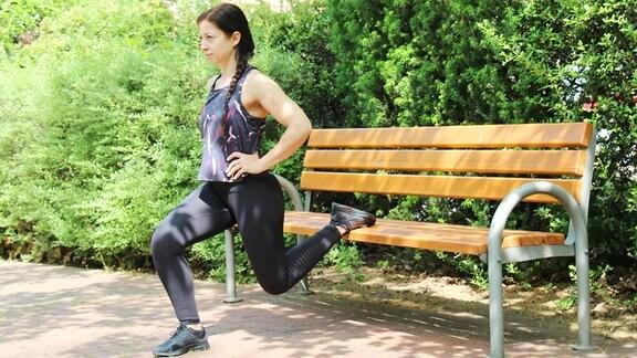 Sabine Schön führt Sportübungen im Freien durch.