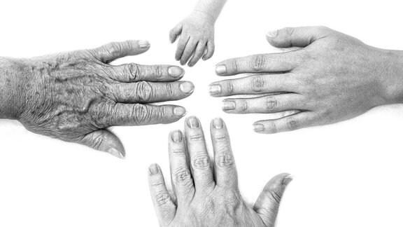 Hände von Menschen unterschiedlichen Alters