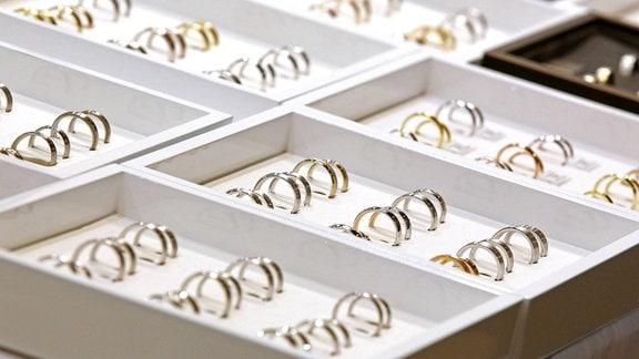 Eheringe in einer Juwelier-Auslage