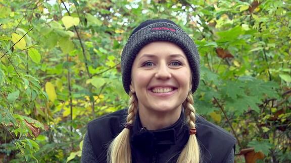 Moderatorin Henriette Fee Grützner mit einer beheizbaren Mütze