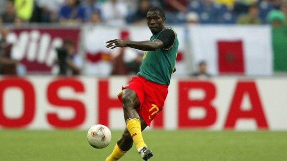 der Fußballer Marc-Vivien Foe (Kamerun) am Ball