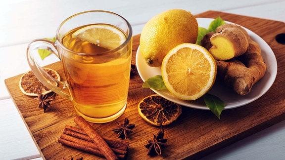 heißer Inwertee mit Zitrone