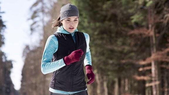 Eine Frau beim joggen im Winter.