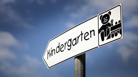 Schild weist zu einem Kindergarten