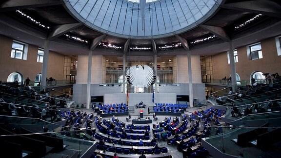 Plenarsaal des Deutschen Bundestages während einer Rede von Bundeskanzlerin Angela Merkel