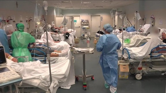 Patientinnen und Patienten werden in einem Krankenhaus versorgt.