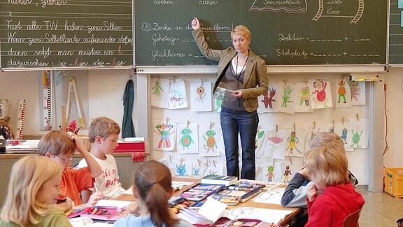 Grundschullehrerin unterrichtet eine Klasse
