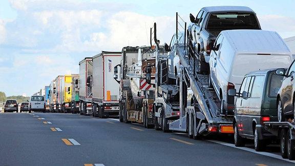 Lkw-Schlange auf einer Autobahn.