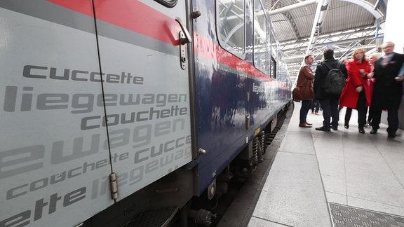 Ein Zug steht an einem Bahnsteig