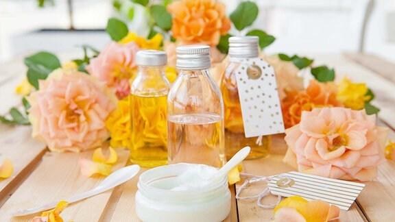 Natürliche Kosmetik und ֖le mit Rosenblüten