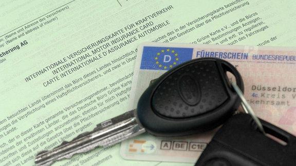 Autoschlüssel auf Führerscheingrüner Versicherungskarte