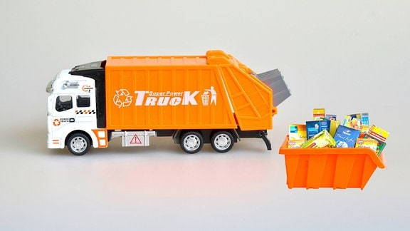 LKW holt Verpackungsmüll ab