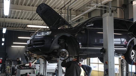 PKW wird in einer Werkstatt repariert