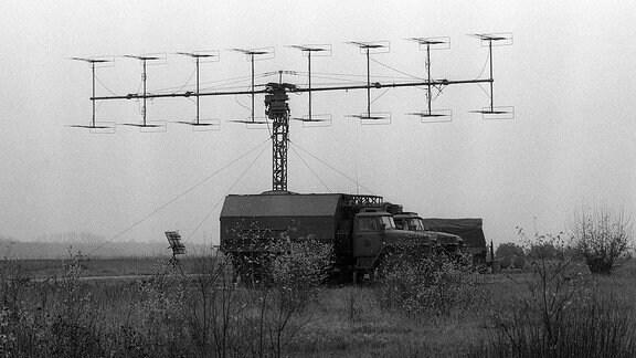 Ein LKW der Bundeswehr mit Radarantenne auf dem Militärflugplatz Preschen.