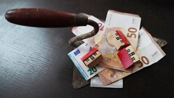 Geld liegt auf einem Tisch