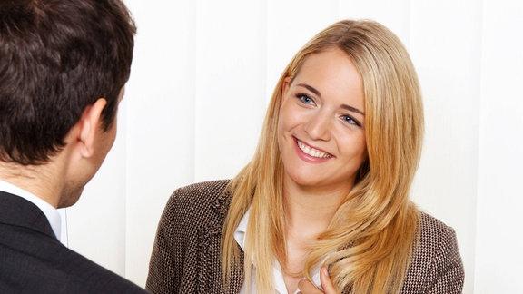Eine Frau und ein Mann bei einem Beratungsgespräch