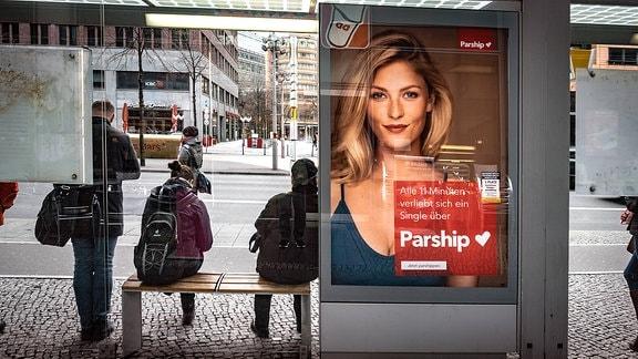 Ein Parship-Plakat an einer Haltestelle
