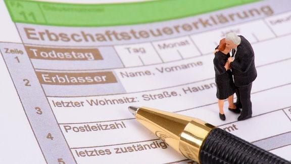 Ein Formular zur Erbschaftssteuer und ein Kugelschreiber