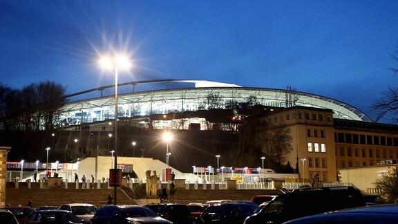 Blick auf die beleuchtete RB Arena mit Hauptgebäude.