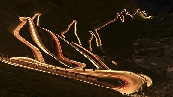 Nachtaufnahme einer Serpentinenstrasse