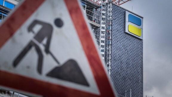Baustellenschild vor einem Gebäude der Deutschen Rentenversicherung