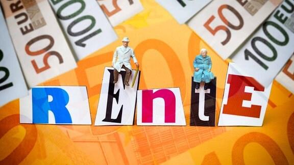 """Miniaturfiguren auf dem Schriftzug """"Rente"""" mit Geldscheinen"""
