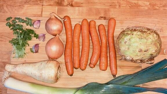 Gemüse liegt auf einem Holzbrett
