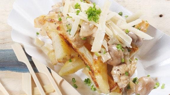 Poutine mit Hähnchengeschnetzeltem, Champignons und gehobeltem Parmesan